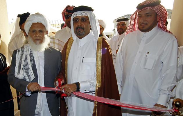 Les représentants taliban Jan Mohammad Madani (g) et qatari Ali bin Fahd al-Hajri (c) ouvrent officiellement un bureau des talibans le 18 juin 2013 à Doha [Faisal al-Timini  / /AFP]