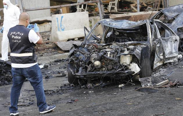 Un policier sur le lieu de l'attentat à la voiture piégée commis le 27 décembre 2013 à Beyrouth [Anwar Amro / AFP]