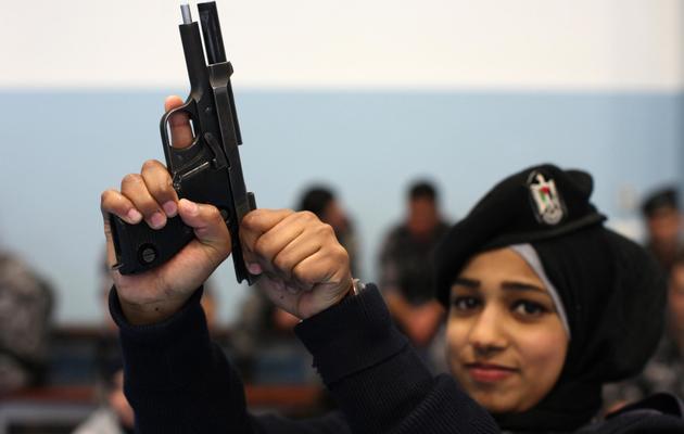 Une Palestinienne s'entraîne pour intégrer une unité anti-émeute féminine, alors que la police palestinienne ne compte que 3% de femmes, le 20 février 2014 à Jéricho [Abbas Momani / AFP]