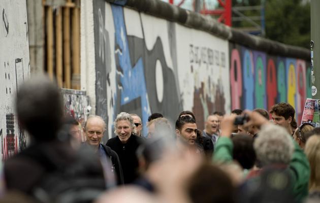 Roger Waters marche le long du Mur de Berlin, le 3 septembre 2013 [Odd Andersen / AFP]