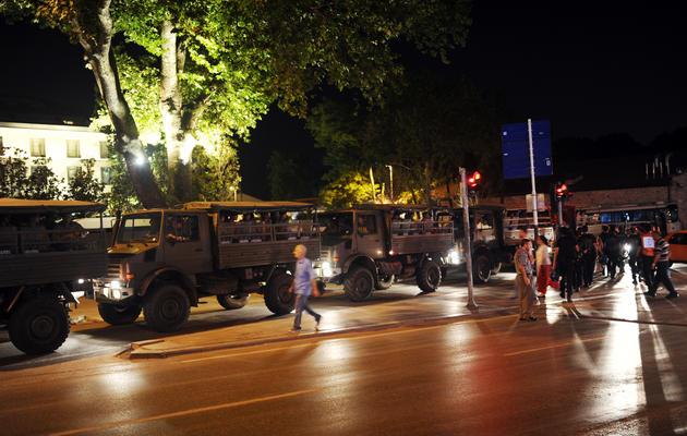 Des chars le 17 juin 2013 place Taksim à Istanbul [BULENT KILIC / AFP Photo]