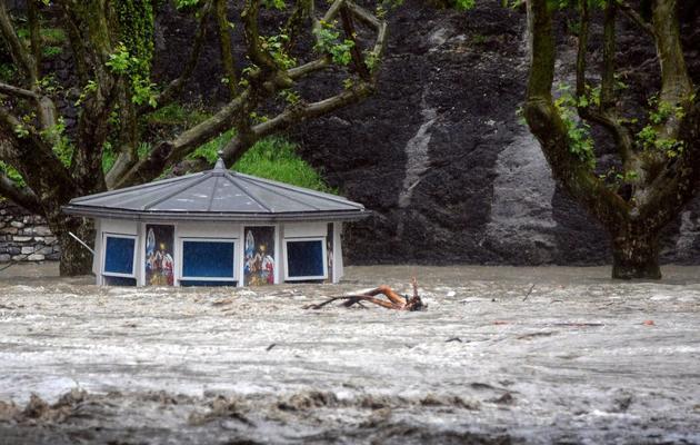 Un kiosque est balayé par la montée du Gave de Pau, le 18 juin 2013 à Lourdes [Pascal Pavani / AFP]