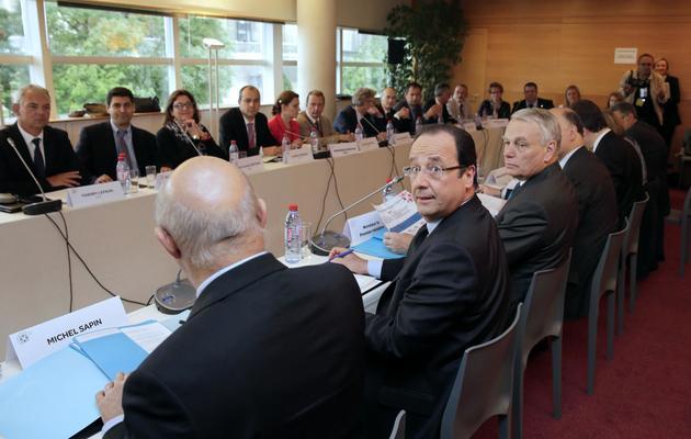 François Hollande entre Michel Sapin et Jean-Marc Ayrault à l'ouverture de la conférence sociale le 20 juin 2013 au palais d'Iena à Paris [Philippe Wojazer / Pool/AFP]