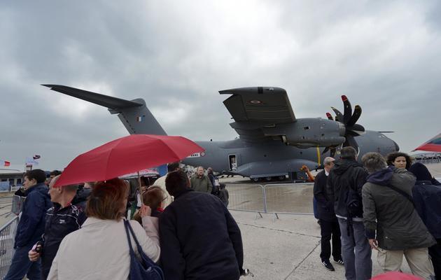 Des visiteurs le 22 juin 2013 devant l'Airbus A 400 M au Bourget [Eric Feferberg / AFP]
