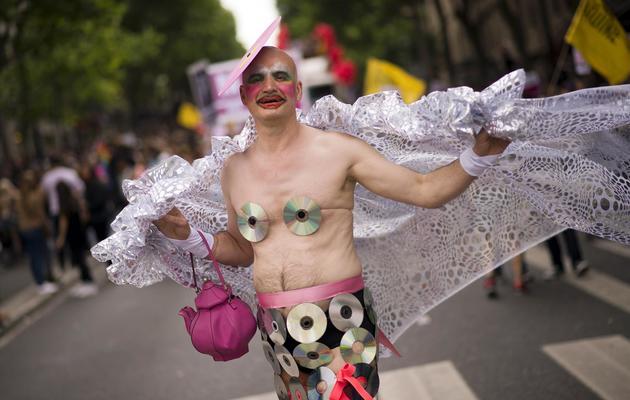 Un participant à la Gay Pride, le 29 juin 2013 à Paris [Lionel Bonaventure / AFP]