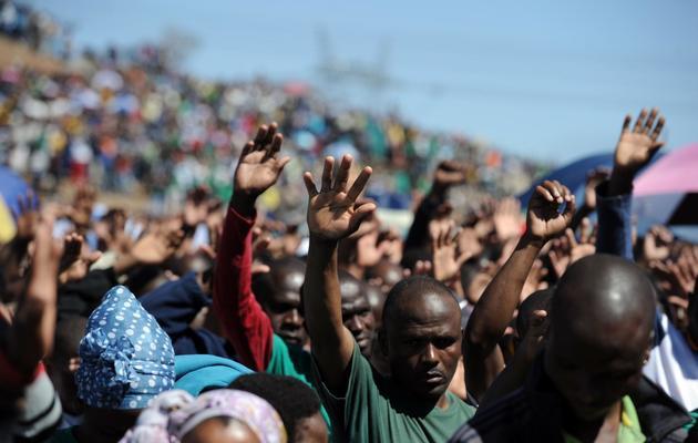 Des mineurs de Marikana en Afrique du Sud lors de la journée de commémoration du 16 août 2013 [Stephane de Sakutin / AFP]