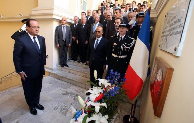 Le président François Hollande et le secrétaire d'État aux Anciens combattants Kader Arif, en Corse, à Ajaccio, le 4 octobre 2013  [Pascal Pochard Casabianca / AFP/Archives]