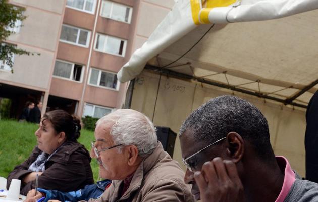 Adultes et enfants participent à une dictée en plein-air à Saint-Denis le 26 octobre 2013 [Pierre Andrieu / AFP]