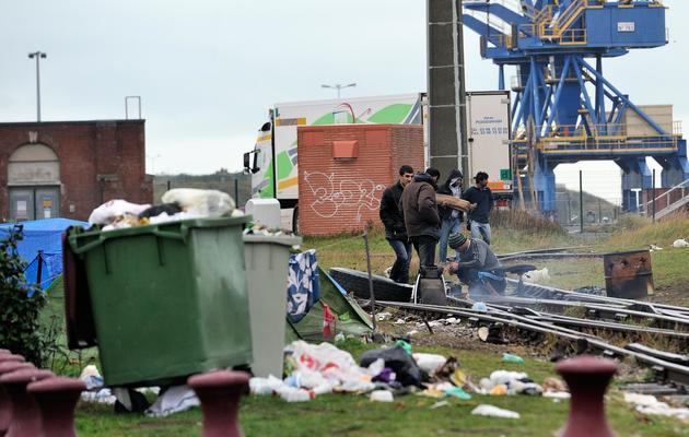 Des immigrés dans un campement de fortune sur le port de Calais, où les bateaux traversent la Manche pour le Royaume-Uni, le 2 novembre 2013 [Philippe Huguen / AFP]