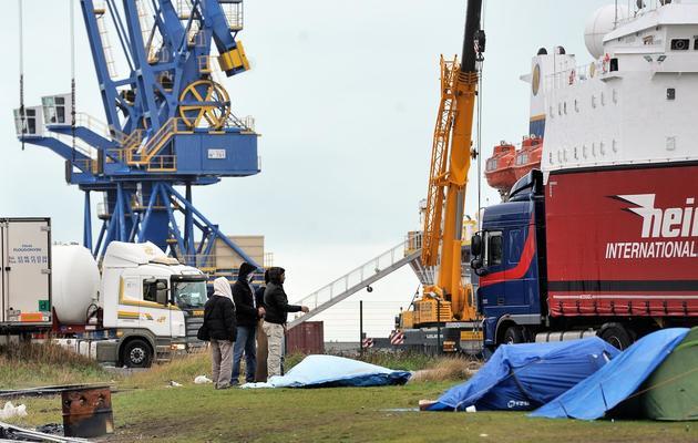 Des immigrés vivent dans un campement de fortune sur le port de Calais, où les bateaux traversent la Manche pour le Royaume-Uni, le 2 novembre 2013 [Philippe Huguen / AFP/Archives]