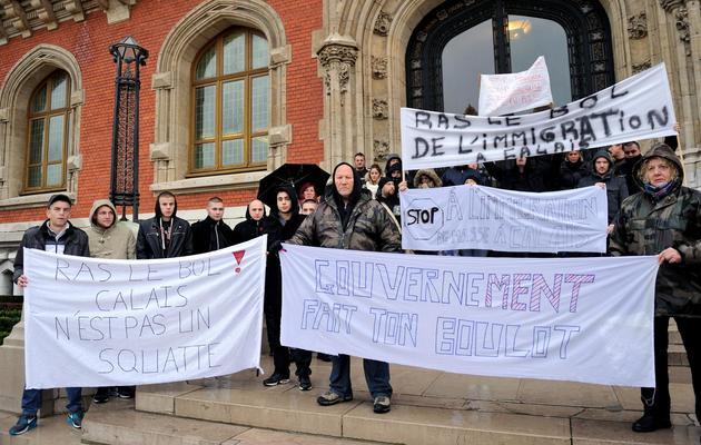 Quelque 50 personnes manifestent à Calais contre la présence de clandestins, le 7 novembre 2013 [Philippe Huguen / AFP]