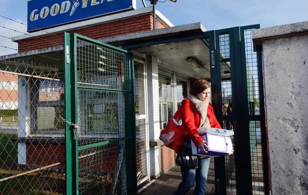 Des salariés de l'usine Goodyear emportent des documents le 7 janvier 2014 à Amiens [Denis Charlet / AFP]