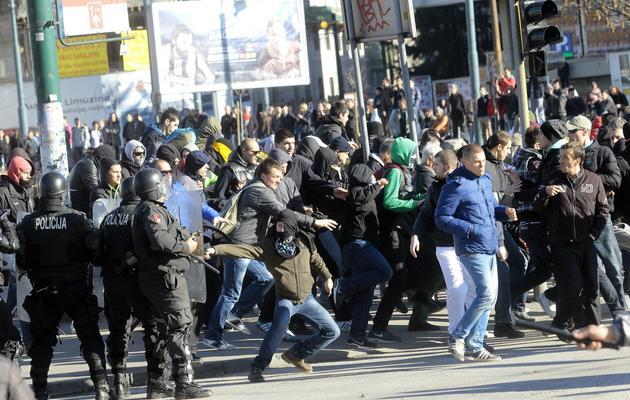 Des manifestants bosniaques tentent de détruire un bâtiment du gouvernement local à Sarajevo le 7 février 2014 [ / AFP]