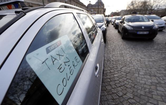 Des taxis en colère bloquent la circulation à Paris le 10 février 2014  [Thomas Samson / AFP]
