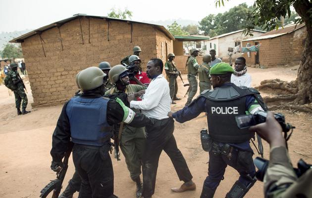 Des soldats de la force africaine de la Misca tentent de calmer un homme lors d'une opération dans le quartier de Boy Rabe, le 15 février 2014 [Fred Dufour / AFP]