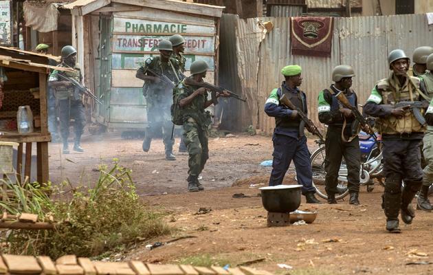 Des militaires de l'Union africaine (Misca) vérifient des maisons du quartier Boy Rabe, à Bangui, le 15 février 2014 [Fred Dufour / AFP]