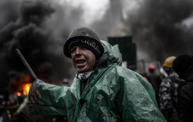 Un manifestant lors des affrontements avec la police sur la place Maïdan à Kiev le 20 février 2014 [Bulent Kilic / AFP]