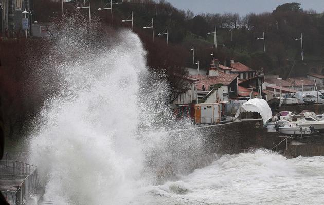 Le rivage balayé par de hautes vagues le 3 mars à Biarritz [Daniel Velez / AFP]