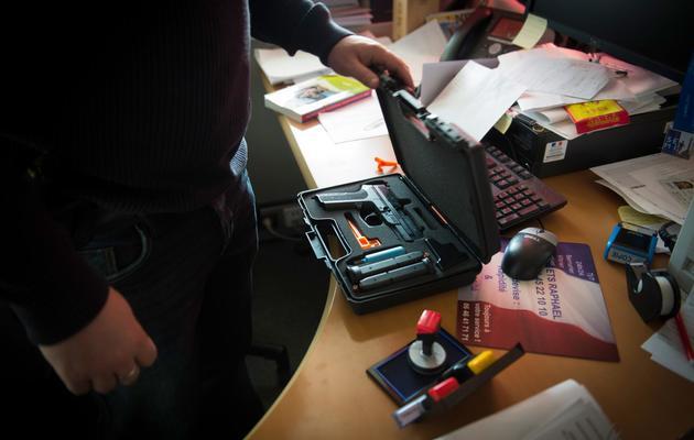 Un policier de l'Ocriest à Lognes le 3 mars 2014 [Martin Bureau / AFP]