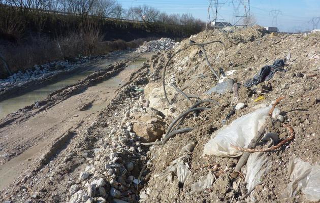 Le site de Villeparisis le 6 mars 2014 où a été démantelé un réseau d'enfouissement illégal de déchets [Jessica Lopez Escure / AFP]