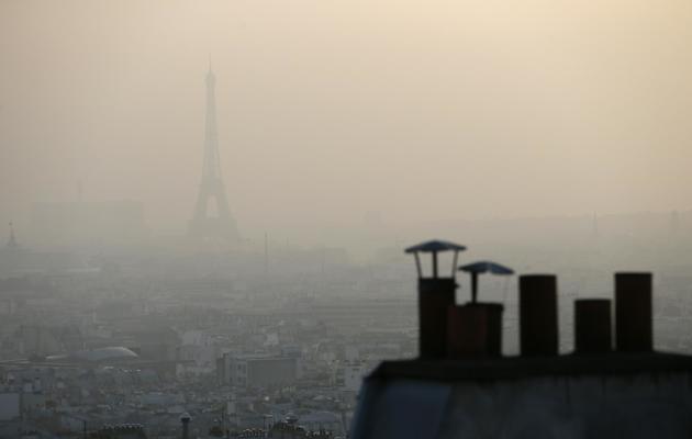 La Tour Eiffel masquée par un nuage de pollution, à Paris le 11 mars 2014 [Patrick Kovarik / AFP]