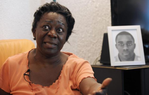Aurelie Noubissi, la mère de Kevin devant la photo de son fils le 28 septembre 2012 à son domicile dans la banlieue de Grenoble [Jena-Pierre Clatot / AFP/Archives]