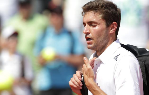 Le Français Gilles Simon quitte le court après sa défaite au 1er tour de l'Open de Mopnte-Carlo contre le Russe Teymuraz Gabashvili le 15 avril 2014 à Monaco [ / AFP]