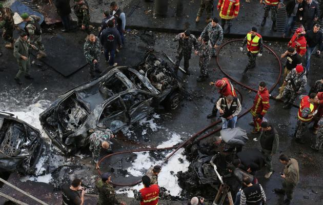 Des pompiers à l'endroit une voiture piégée a explosé le 27 décembre 2013 à Beyrouth [-  / AFP/Archives]