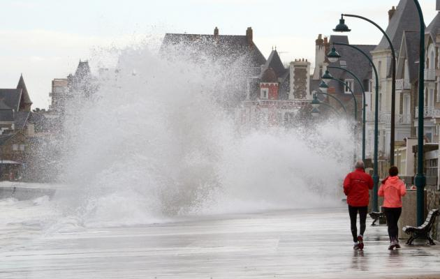 Le rivage balayé par de hautes vagues le 3 mars à Saint-Malo [DAMIEN MEYER / AFP]