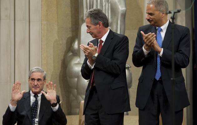 Robert Mueller, le patron du FBI (assis), le 1er août 2013 à Washington lors d'une cérémonie de départ [Saul Loeb / AFP/Archives]