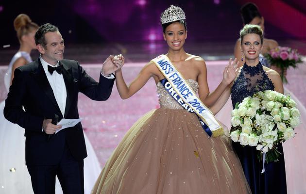 Flora Coquerel, couronnée Miss France 2014, entourée par le chanteur Garou et la présidente de la société Miss France, Sylvie Tellier, le 7 décembre 2013 à Dijon [Philippes Desmazes / AFP]