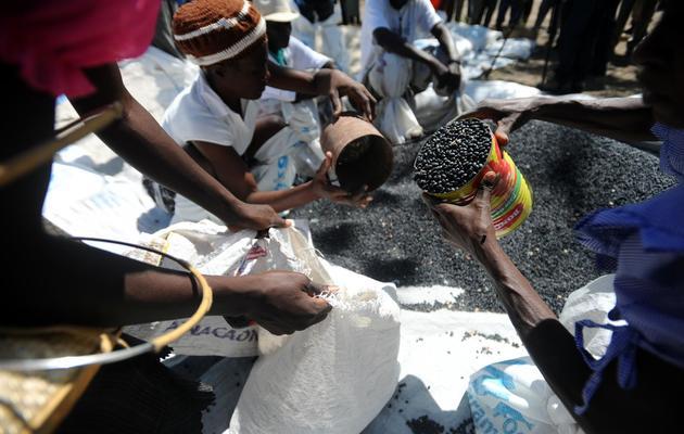 Distribution de nourriture envoyée d'urgence par le Programme alimentaire mondial (PAM) de l'ONU dans la Baie des Moustiques, à Port de Paix, le 3 avril 2014 [Hector Retamal / AFP]
