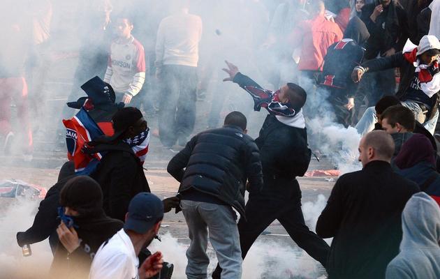 Des jeunes lancent des bouteilles sur les policiers le 13 mai 2013 au Trocadéro à Paris [Franck Fife / AFP]