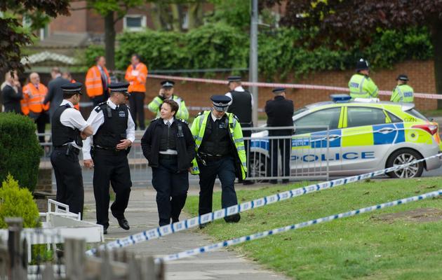 Des policiers près de l'endroit où un homme a été tué et deux suspects blessés dans l'est de Londres, le 22 mai 2013 [Leon Neal / AFP]