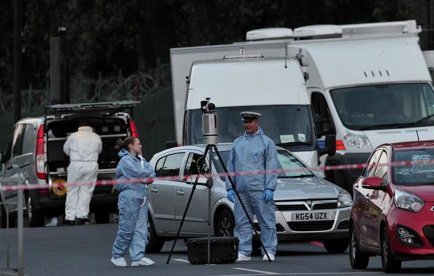 Des enquêteurs à l'endroit où un soldat britannique a été tué à l'arme blanche le 22 mai 2013 à Londres [Carl Court / AFP]