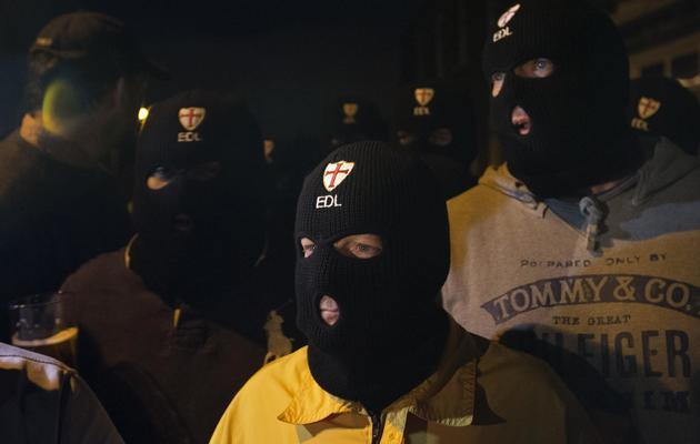 Des militants anti-islamistes de la Ligue anglaise de défense (EDL) le 22 mai 2013 à Londres après l'assassinat d'un soldat [Justin Tallis / AFP]