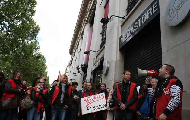 Des salariés de Virgin manifestent le 23 mai 2013 devant le magasin fermé des Champs-Elysées à Paris [Thomas Samson / AFP]