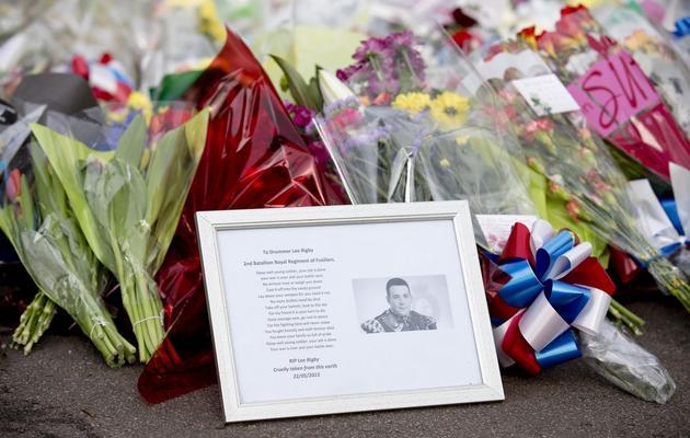 Une photo du soldat tué et des fleurs sont déposés sur le lieu du crime, à Londres, le 23 mai 2013 [Justin Tallis / AFP]