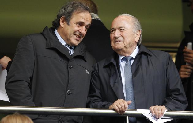 Le président de la Fifa Sepp Blatter (d) et celui de l'UEFA Michel Platini lors de la finale de la LIgue des champions féminine, le 23 mai 2013 à Londres [Ian Kington / AFP/Archives]