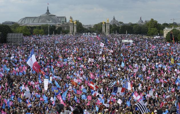 Des milliers d'opposants au mariage pour tous sont rassemblés, le 26 mai 2013, sur la place des Invalides à Paris [Eric Feferberg / AFP]