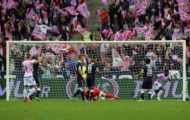 Brice Dja Djedje (d) inscrit le 2e but d'Evian-Thonon, face à Bordeaux en finale de la Coupe de France, le 31 mai 2013 au Stade de France [Pierre Andrieu / AFP]