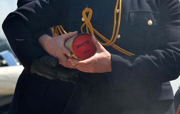 Des membres de The Honourable Artillery Company charge un canon à Londres pour célébrer les 60 ans du couronnement de la reine Elizabeth II à Londres, le 3 juin 2013 [Ben Stansall / AFP]