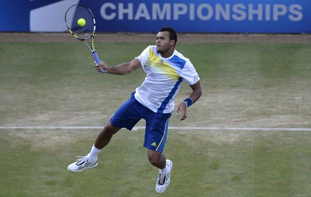 Le Français Jo-Wilfried Tsonga face au Britannique Andy Murray en demi-finales du Queen's, le 15 juin 2013 [Adrian Dennis / AFP]