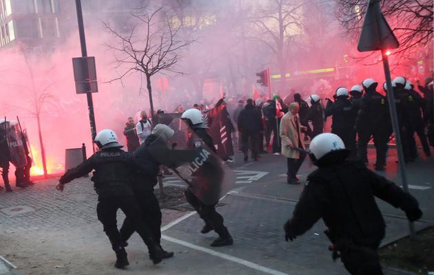 La police polonaise face à des hooligans, le 11 novembre 2012 à Varsovie [Leszek Szymanski / PAP/AFP]