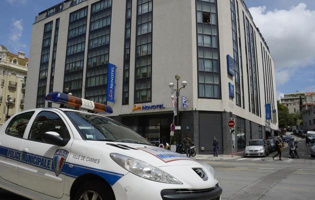 Une voiture de police devant le Novotel de Cannes, où ont été dérobés plus d'un million de dollars de bijoux Chopard, le 17 mai 2013 [Anne-Christine Poujoulat / AFP]