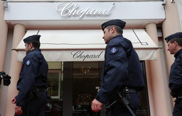 Des policiers devant une boutique Chopard à Cannes, le 17 mai 2013 [Loic Venance / AFP]