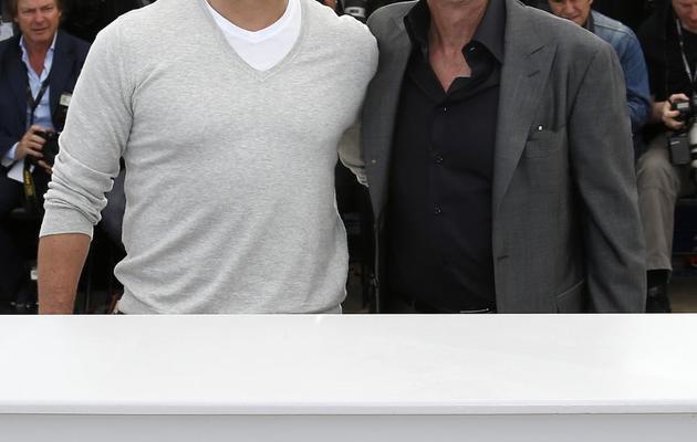 """Matt Damon (g) et Michael Douglas posent à Cannes pour la présentation du film """"Behind the Candelabra"""", le 21 mai 2013 [Valery Hache / AFP]"""