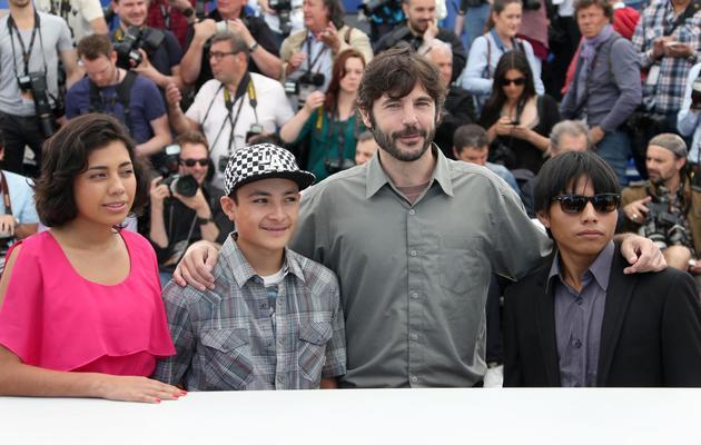 Diego Quemada-Diez (2d), entouré par Karen Martinez (g), Brandon Lopez et Rodolfo Dominguez (d), le 22 mai 2013 à Cannes [Loic Venance / AFP]