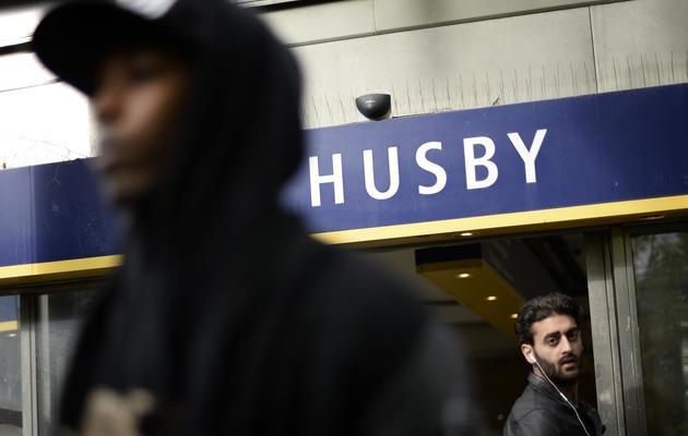 La sortie du métro dans le quartier de Husby où les gens se sont retrouvés pour participer le 22 mai 2013 à une manifestation contre la violence policière et le vandalisme [Jonathan Nackstrand / AFP]