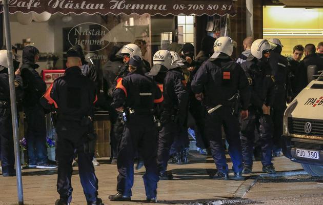 Des policiers encerclent des jeunes le 25 mai 2013 à Stockholm [Fredrik Persson / AFP]